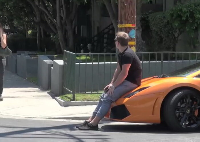 Nu vrei sa ne plimbam cu Lamborghini? Tanara din imagini nu se astepta la o asemenea continuare! VIDEO