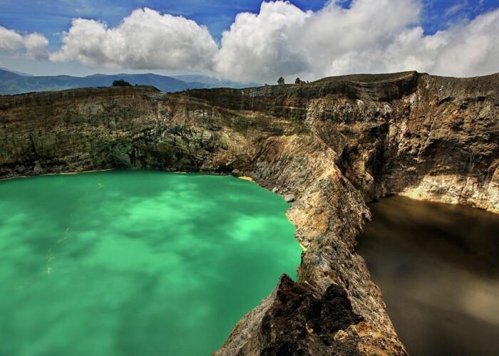 Vizitatorii sunt hipnotizati de jocul cromatic: Cele 3 lacuri ale vulcanului Kelimutu! VIDEO