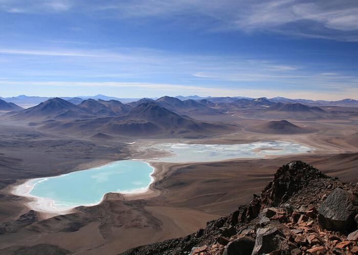 In pofida temperaturilor joase din timpul noptii, nu ingheata niciodata complet: Unul dintre cele mai frumoase lacuri formate in cratere vulcanice! VIDEO