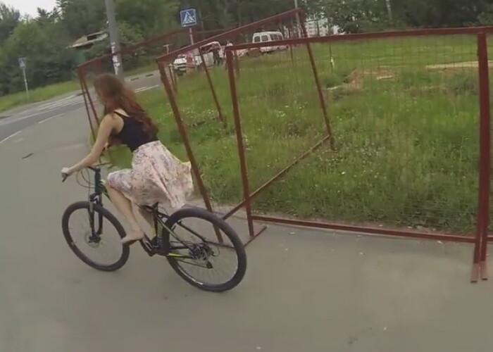 Cel mai norocos motociclist :) A vazut cum sa ramai doar in lenjerie intima in 2 secunde: VIDEO