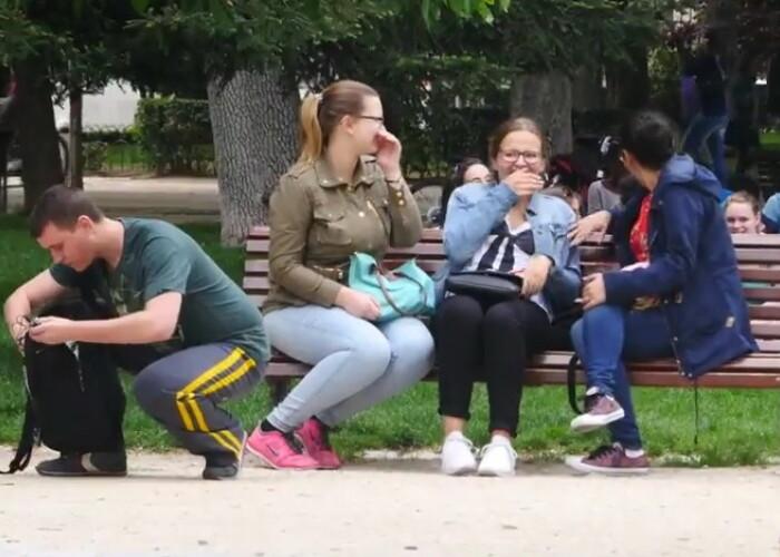 Reactia oamenilor cand vad un barbat ca poarta tanga: O sa razi copios! VIDEO