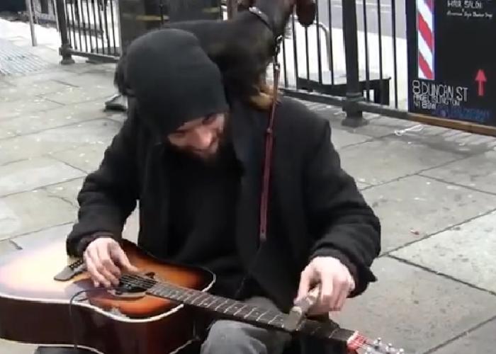 Aparent e un tanar al strazii cu o chitara si un caine dupa el: Uite ce se intampla dupa ce incepe sa cante: VIDEO