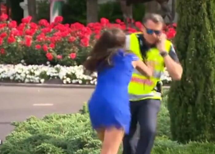 Un politist se pregatea de un interviu la TV cand a fost atacat de o femeie! Ce s-a intamplat dupa aceea