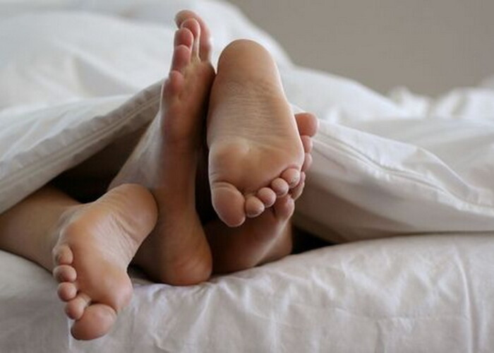 A crezut ca cel care o atingea in pat este iubitul ei! Descoperirea terifianta a unei femei cand a aprins lumina