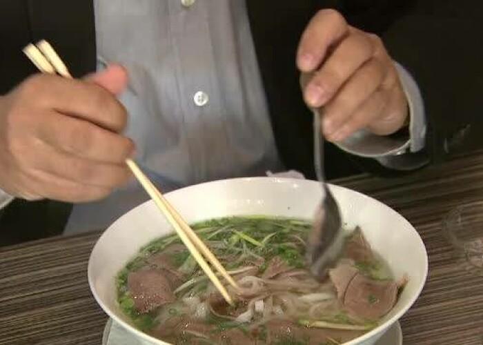 Ai auzit de supa FĂ ? Cum ii conving vietnamezii pe romani sa o incerce: VIDEO