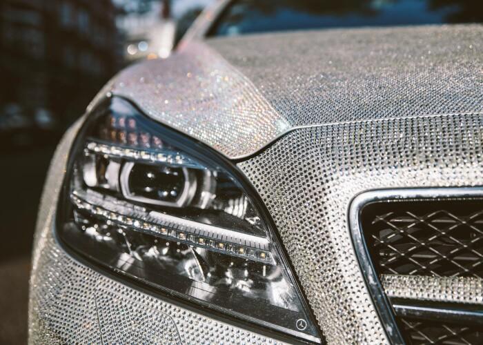 O studenta din Moldova si-a scos la vanzare Mercedesul acoperit cu 1 milion de cristale Swarovsky. La ce suma a ajuns licitatia: FOTO