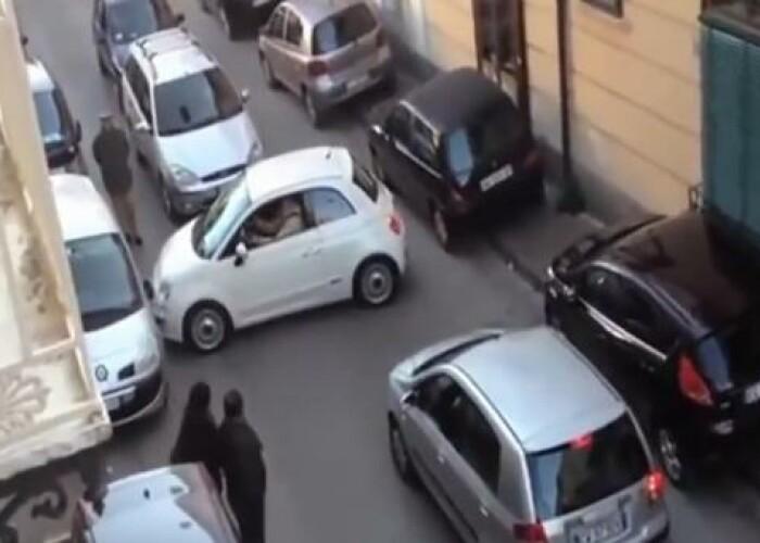 VIRAL Dupa 6 tentative, o soferita blonda din Praga tot a lovit masina de alaturi: Ar putea fi cea mai nereusita parcare din lume