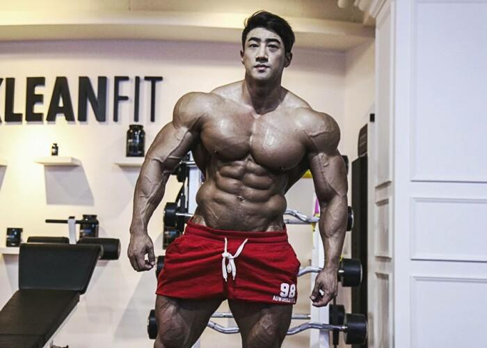 Transformarea fabuloasa a lui Arnold din Coreea . Cum arata acest colos inainte sa se apuce de bodybuilding