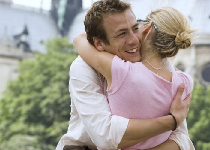 1 din 4 barbati face treaba asta: La ce se gandeste barbatul cand isi te tine in brate iubita!