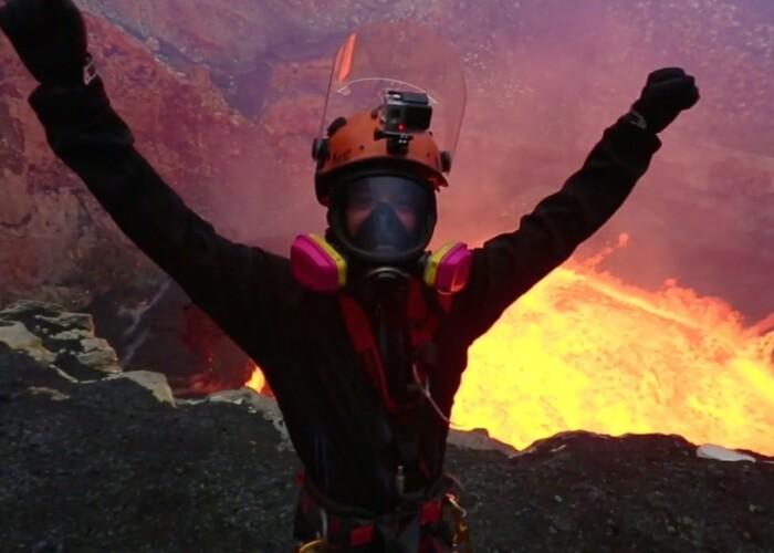 Este ca si cum ai urca Everestul, doar ca pe invers Doi exploratori au patruns cu o camera GoPro in interiorul unui vulcan activ. VIDEO