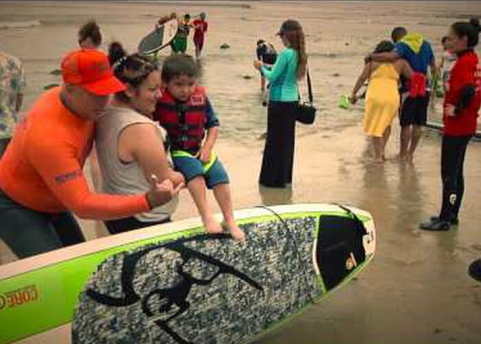 Motivul pentru care si-a aruncat fiul in ocean te va face sa plangi. Ce face el este o lectie de viata! VIDEO