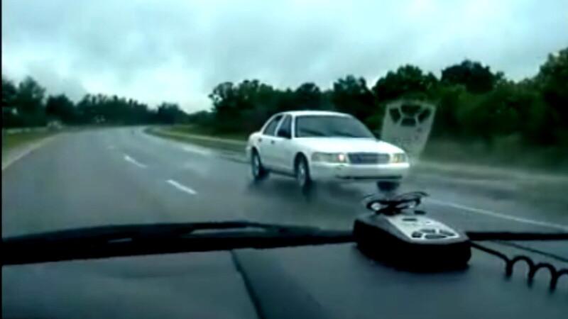 Sofer care merge cu spatele pe autostrada