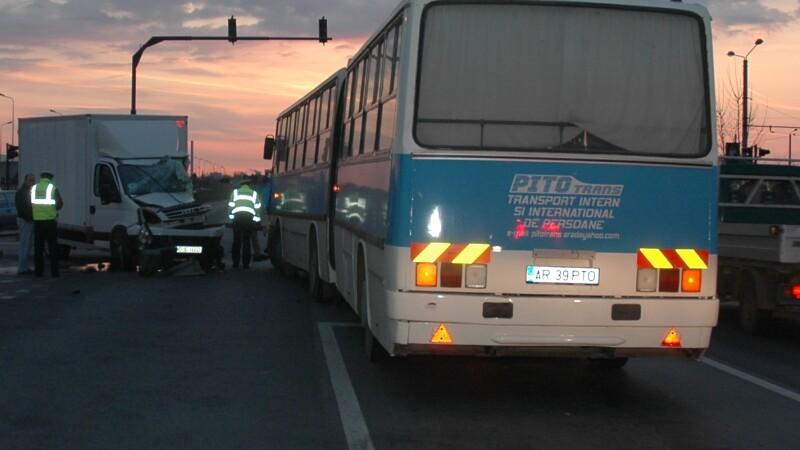 Autobuz plin cu muncitori, lovit in plin de un camion