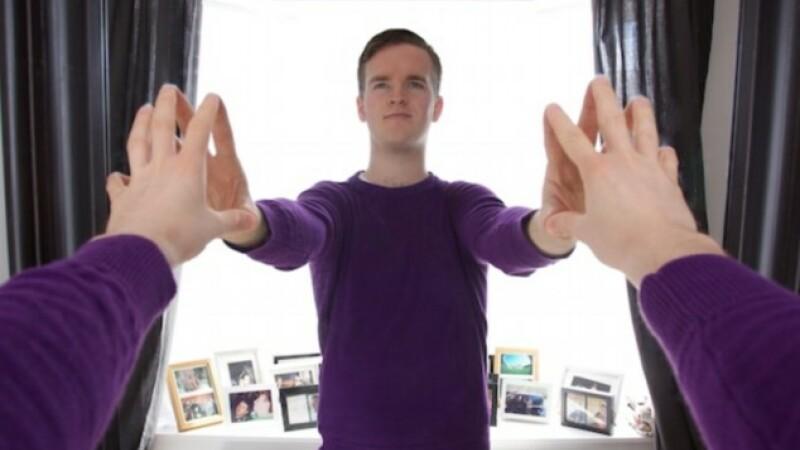 Cum a fost facuta poza? Un fotograf si-a facut autoportretul in oglinda, dar aparatul nu se vede