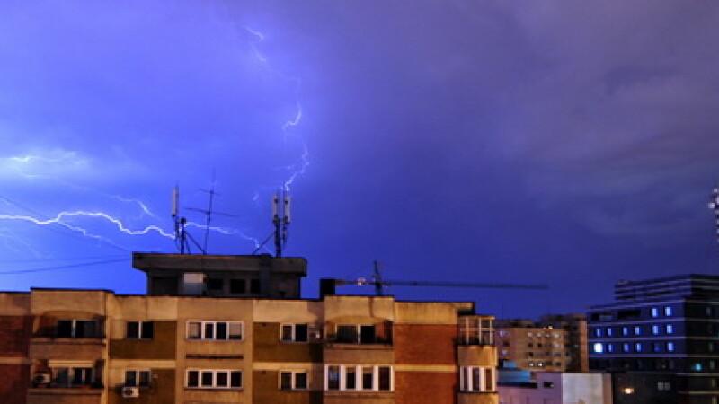 Prognoza de Paste: averse, descarcari electrice si intensificari ale vantului