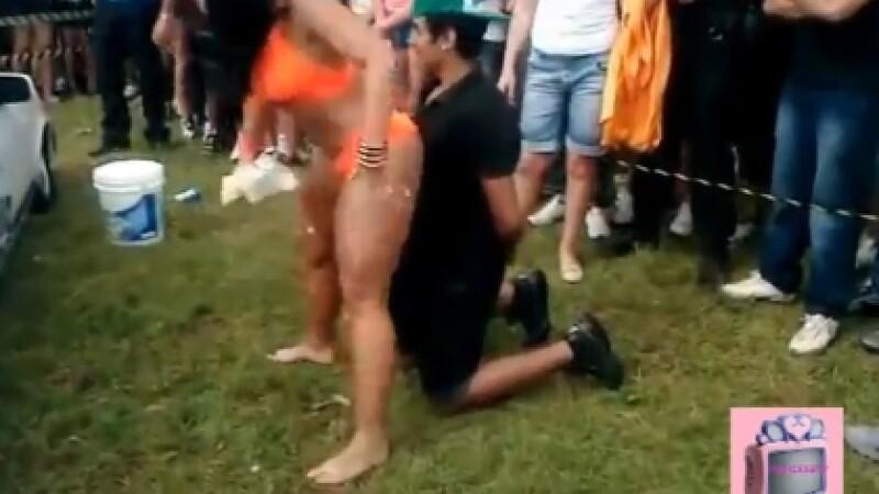 VIDEO. Momentul comic in care o tanara isi prinde iubitul in compania unei stripteuze