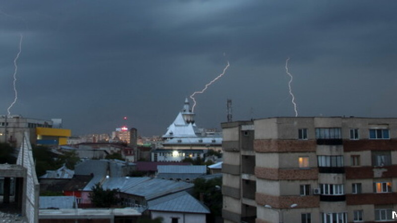 Informare meteo: ploi torentiale, descarcari electrice si vant puternic in aproape toata tara