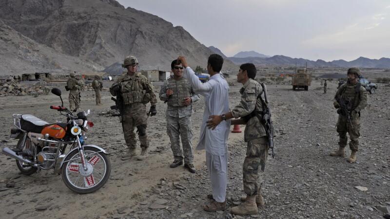 Incredibil. Un comandant taliban s-a predat ca sa ia recompensa promisa pentru arestarea LUI