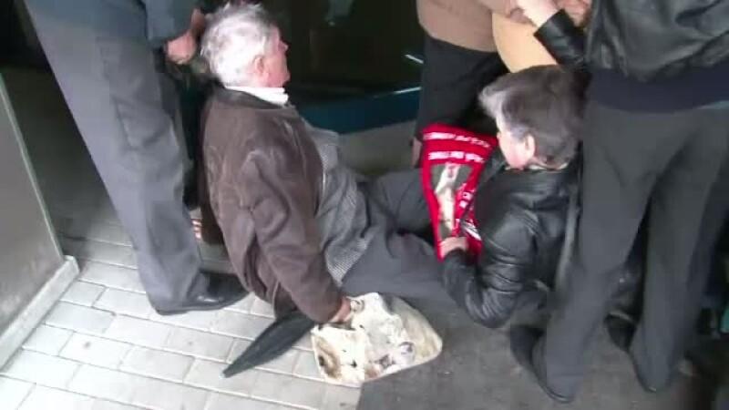 Sute de pensionari s-au calcat in picioare in fata tribunalului Arges. Vor sa dea statul in judecata