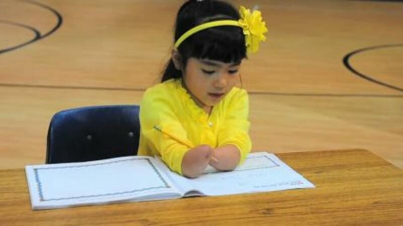 Stirea la care a plans toata planeta. O fetita fara maini a castigat un concurs de caligrafie. VIDEO