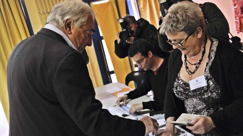 Omul care ar fi trebuit sa se voteze pe el insusi a mers la urne, anonim, langa Paris