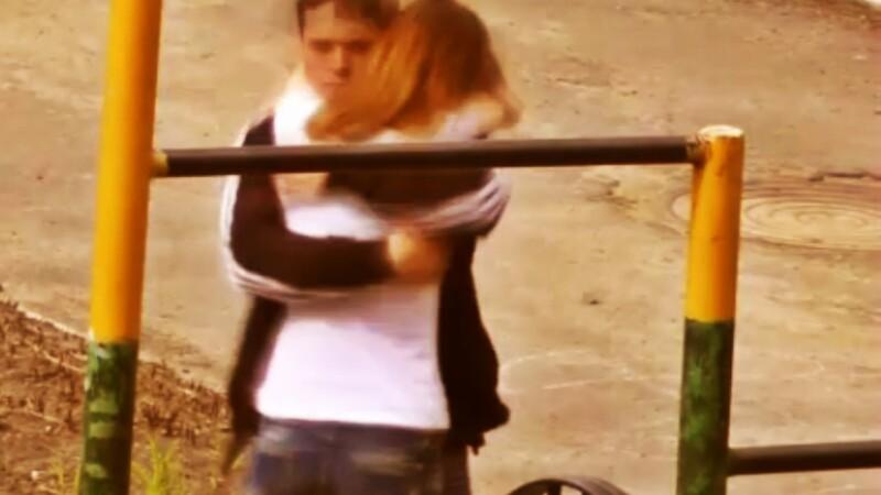 Ce face un elev de liceu ca sa-si impresioneze iubita, in parc. VIDEO