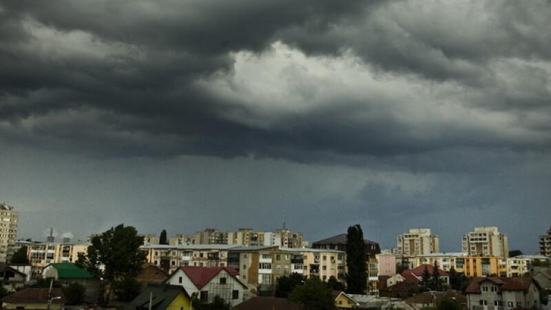 nori de furtuna deasupra orasului COVER