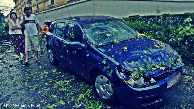 Furtuna puternica in Bucuresti. Un barbat a fost grav ranit de un panou cazut peste el, pe strada