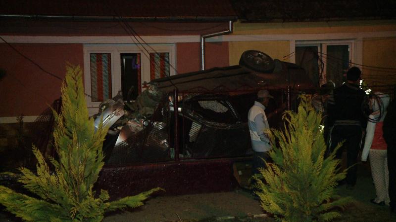 accident, noaptea, masina in curte