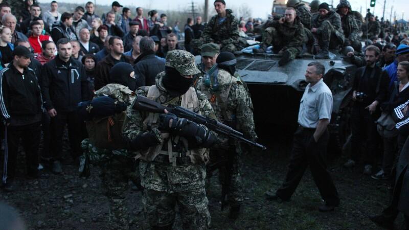Activist pro-rus inarmat, in fata unui transportor blindat ucrainean, in orasul Kramatorsk