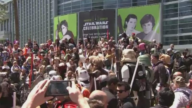 Noul film Star Wars, asteptat cu lacrimi si entuziasm de mii de fani. Costume, arme si vehicule, au fost prezentate in SUA