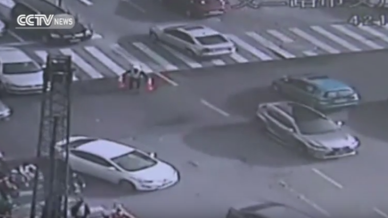 A observat ca asfaltul incepe sa se crape, asa ca a redirectionat circulatia. Ce s-a intamplat in secundele urmatoare