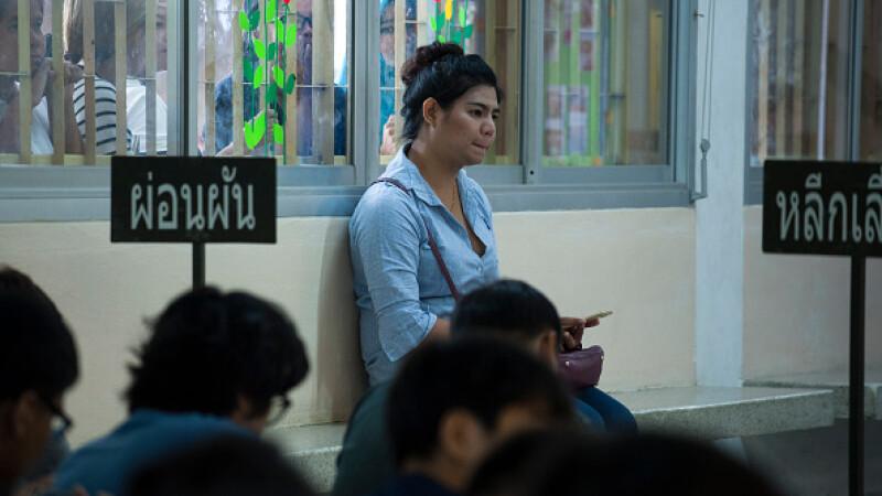 Transsexualii din Thailanda, in rochii si machiaj, la cozi uriase, in timpul recrutarii in armata. \