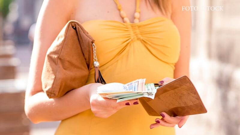 femeie care scoate euro din portofel