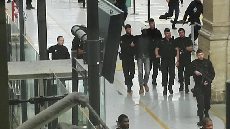 Autoritatile franceze au arestat un barbat, dupa ce i-a amenintat pe jandarmi cu un cutit in Gara de Nord din Paris. VIDEO