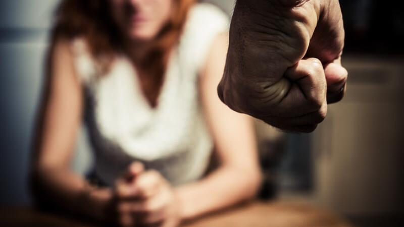 O femeie a murit după ce a fost bătută, cu pumnii, de concubin