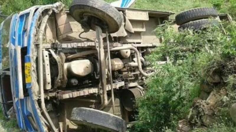 Cel puțin 27 de copii au murit, după ce un autobuz școlar s-a prăbușit într-o prăpastie, în India