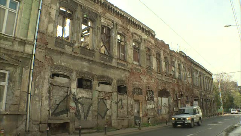 Din clădirile vechi cad pietre și burlane pe trotuare. Primăria amenință cu amenzi