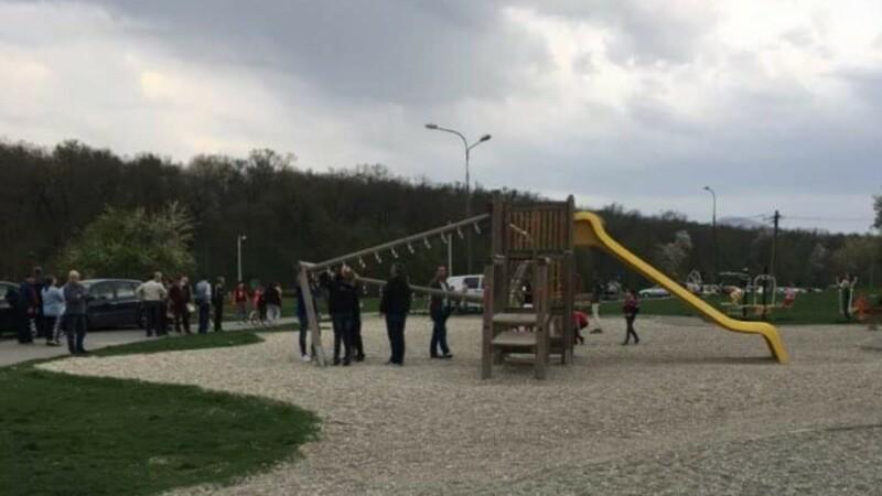 O fetiță din Sibiu, la spital, după ce o bârnă s-a prăbușit peste ea, la locul de joacă