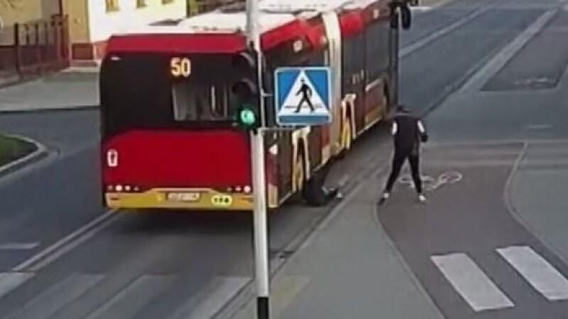 O glumă între adolescenți pe stradă se putea transforma într-un accident mortal. VIDEO