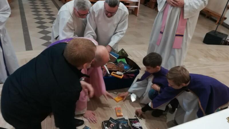 """Preoți surprinși în timpul unei ceremonii anti-vrăjitorie. Au ars cărțile """"Harry Potter"""""""