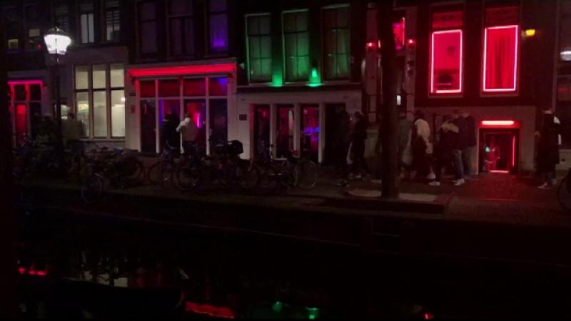 Grupurile de turiști, interzise în Cartierul felinarelor roşii din Amsterdam