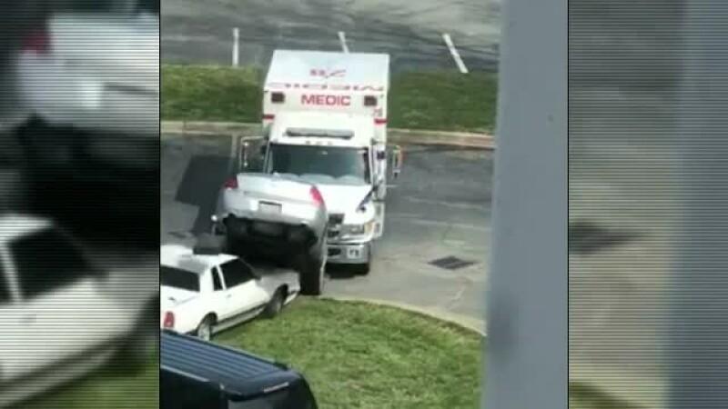 A plecat la plimbare cu o ambulanță furată și a lovit mai multe mașini parcate