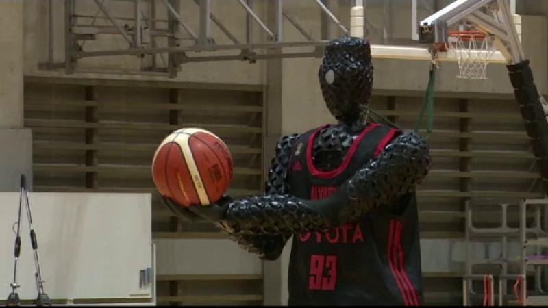 Jucători de baschet, învinși de un robot la aruncările de 3 puncte