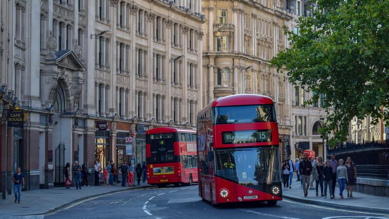 Fetiță de 12 ani, agresată sexual de 6 tineri într-un autobuz