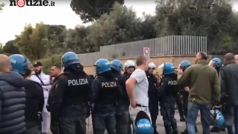 Scene violente la Roma. Neonaziștii au oprit zeci de romi să se mute într-un centru din oraș
