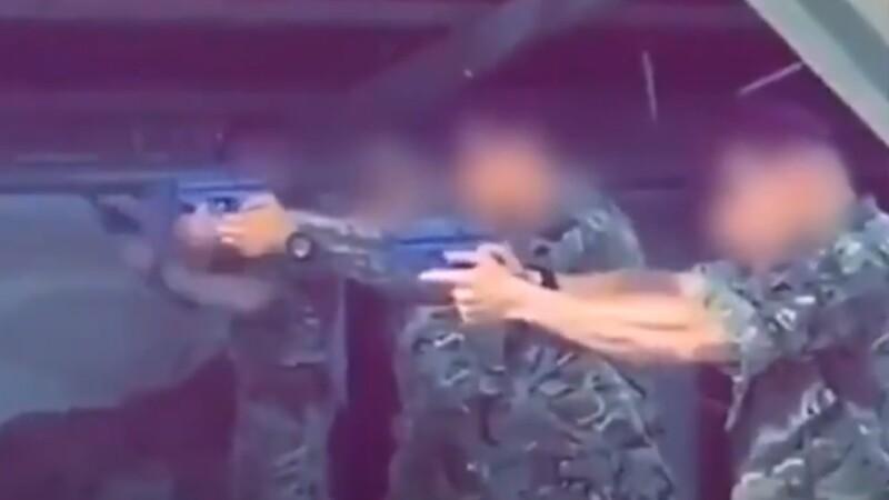 Soldați britanici, filmați împușcând posterul unui important lider