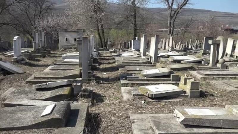 """Cimitirul evreiesc din Huși, vandalizat: """"Câtă forţă a trebuit acolo?"""""""
