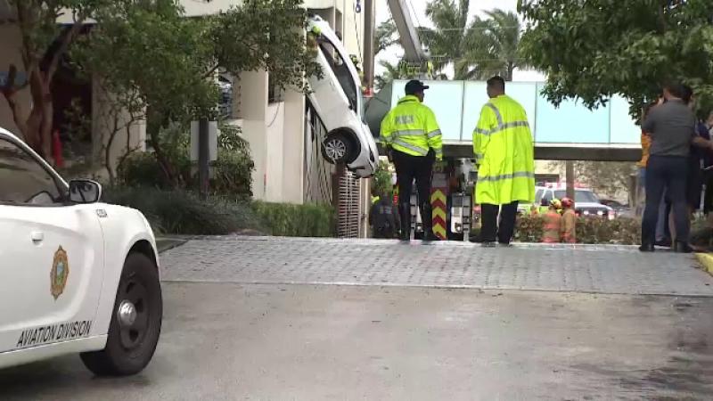Maşină găsită atârnând de la etajul 1 al unei clădiri