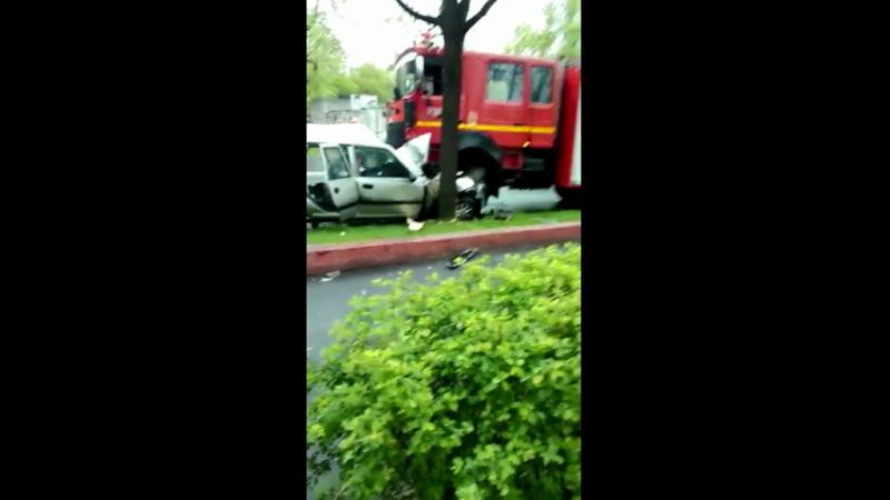 Accident grav în Sectorul 3. O şoferiţă a intrat frontal în maşina de pompieri